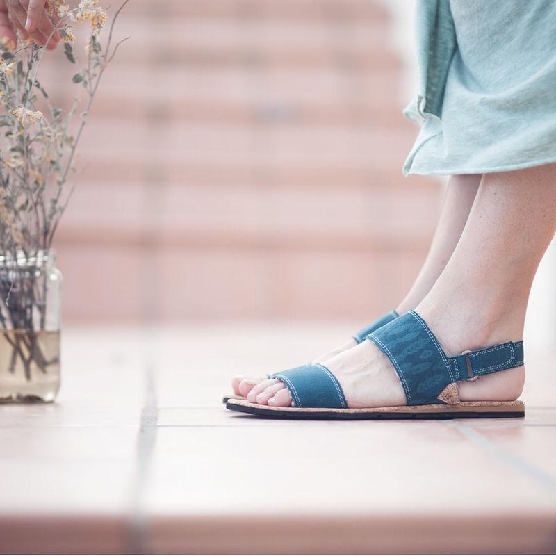 Sandalias planas veganas con suela de neumático y corcho y tejido de algodón orgánico color azul Slowers